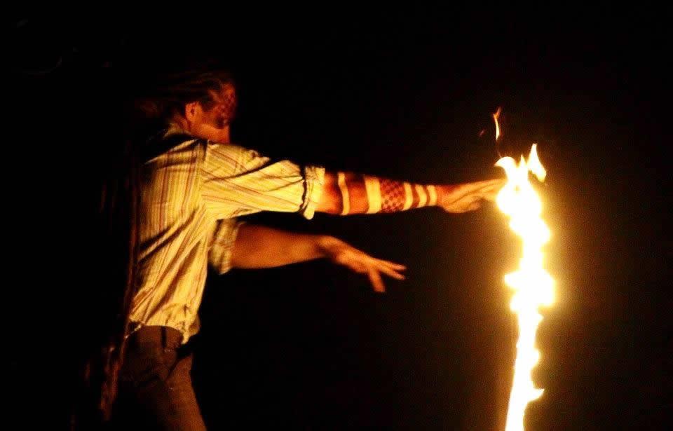 tűzzsonglőr előadás